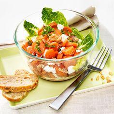 Mrkvový salát s balkánským sýrem a vlašskými ořechy.