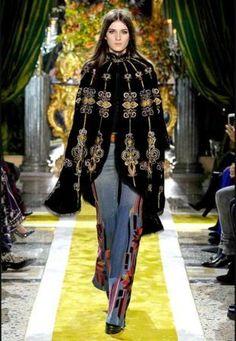 Mantella di Roberto Cavalli on http://www.blogandthecity.it/tendenze-2017-mantelle/ #poncho #mantella #trend2017 #fashion #autumnwinter2017