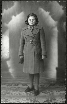 https://flic.kr/p/xvRA5Y | Archiv B539 Nichte meiner Nachbarin, Wien 1936 | Eine Nichte meiner Nachbarin Frau Marika M. im Jahr 1936, die vor den Nazis mit ihrem Freund, der jüdischer Abstammung war, im Jahr 1936 in die USA flüchtete.