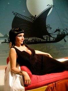 Wax Figure of Elizabeth Taylor as Cleopatra Hollywood Cinema, Hollywood Glamour, Old Hollywood, Elizabeth Taylor Cleopatra, Lady Elizabeth, Egyptian Costume, Egyptian Queen, Violet Eyes, British American