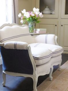 a french sofa makeover- MY FRENCH COUNTRY HOME: I love it when the sofa is one fabric on outside and another inside. My French Country Home, French Country Bedrooms, Country Style Homes, French Cottage, French Style, Top Country, French Farmhouse, Cottage Style, French Decor