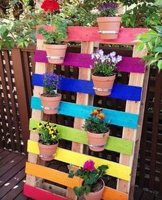 Create a bright & colorful DIY upcycled rainbow pallet planter project with these simple instructions. A great family weekend project that kids will love. Pallet Crafts, Diy Pallet Projects, Garden Projects, Upcycling Projects, Diy Crafts, Decor Crafts, Wood Projects, Craft Projects, Diy Garden Decor
