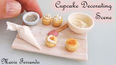 Easy and simple miniature cupcake decorating scene made from wood and polymer clay. *All rights reserved to the author Maive Ferrando. Polymer Clay Cupcake, Polymer Clay Charms, Polymer Clay Projects, Dollhouse Miniature Tutorials, Miniature Food, Diy Dollhouse Miniatures, Barbie Food, Mini Doll House, Clay Food