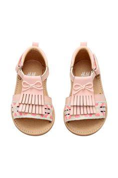 Sandalias: Sandalias con cierre lateral de velcro. Forro y plantilla en piel sintética. Suela de goma.