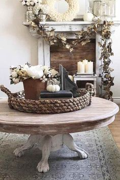 24 Trendy Ways To Arrange Coffee Table Decor. Find out great ideas of coffee table decor and some useful tips about living room decor. Style and update your living room like a professional designer. Coffee Table Styling, Decorating Coffee Tables, Coffee Table Design, Coffee Table Decor Living Room, Dining Rooms, Dining Table, Home Decor Styles, Cheap Home Decor, Diy Home Decor