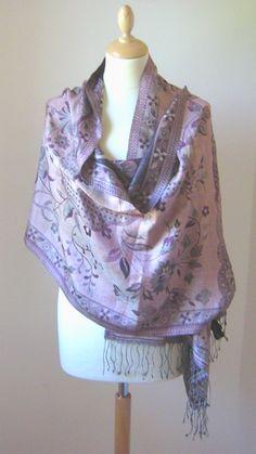 chal:Paño de seda que se dispone en cualquier parte del cuerpo.