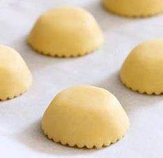 Με αυτή τη συνταγή θα μπορέσετε να φτιάξετε σπιτικές τάρτες ή μικρά ταρτάκια για κέρασμα. Μπορούμε να τις γεμίσουμε κρέμα βανίλια ή σοκολάτα, να τις πασπαλίσουμε με τρούφα ή με κομματάκια φρούτων. … Greek Sweets, Greek Desserts, Greek Recipes, Desert Recipes, Tart Recipes, Sweets Recipes, Cooking Recipes, Greek Pastries, Bread And Pastries