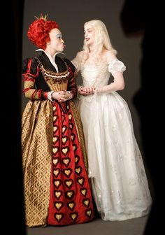 Helena Bonham Carter as the Red Queen and Anne Hathaway as the White Queen in Alice in Wonderland Cosplay Alice In Wonderland, Alice In Wonderland Poster, Alice In Wonderland Aesthetic, Alice Cosplay, Wonderland Costumes, White Queen Costume, White Rabbit Costumes, Queen Alice, Tim Burton Films