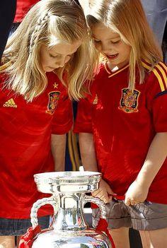 Las infantas Leonor y Sofía con 'La roja'. Más fotos en www.rtve.es/f/97135
