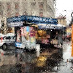 WEBSTA @ emanumela - Link in bio! 👈🏻👩🏼☔️❤️Non tutto è immobile.Non quello / che non si vede / ma scorre e grida / e alterna silenzi / a ventate improvvise.Finestre spalancate / vetri rotti / un pugno di foto / sparse per terra.Sarebbe più facile / chiudere gli occhi / e aspettare. (FK) #milano #rain