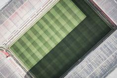 Un stade de foot -ball est un stade utilisé principalement pour le football, qui comprend le terrain de jeu et l\\\'ensemble des tribunes et autres installations bordant celui-ci.Certains stades de football peuvent accueillir des rencontres d\\\'autres sports, par exemple du rugby, voire des spectacles non sportifs, tels des concerts.Les obligations ...