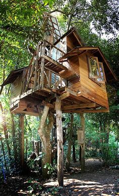 A cozy treehouse with a river view terrace, a rooftop terrace, and a rope swing. It is one of the treehouses at the Rabeang Pasak Chiangmai treehouse resort, whose owner is a retired architect. Located in Chiangmai, Thailand Woodland House, Cool Tree Houses, Tree House Designs, Earth Homes, Rooftop Terrace, Tree Tops, In The Tree, Play Houses, Architecture Details