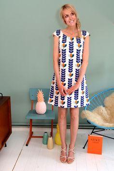 Wunderschönes aufwendiges Kleid aus 100% selbstentworfener Baumwolle mit einem Blütenmuster in creme-blau-orange. Es ist gefüttert. Es hat Taschen und schließt hinten mit einem Reißer.   +Für...