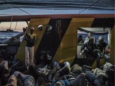 Des migrants s'apprêtent à passer la nuit sur le pont du bateau, alors que l'Italie est encore à deux jours de mer.