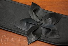 Leather flower for bags-- Leather Obi- Belt. my husband does leather working perhaps he can make me a belt like this Diy Leather Belt, Leather Bag Pattern, Leather Bags Handmade, Leather Jacket, Reunion Outfit, Diy Fashion Accessories, Leather Diy Crafts, Obi Belt, Barrettes