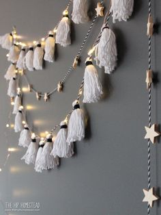 How to Make the Easiest DIY Tassel Garland Ever! How to Make the Easiest DIY Tassel Garland Ever!,New Year's This easy DIY Tassel Garland is perfect for any party and the upcoming holidays! Easy Diy Room Decor, Decoration Bedroom, Diy Home Decor, Decor Crafts, Home Decoration, Project Decoration Ideas, Diy Yarn Decor, Diy Crafts For Bedroom, Bathroom Crafts