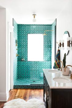 teal Moroccan tiled shower This turn-of-the-century Columbus, Ohio home re-energizes original features with energetic design details that include ombré painted stairs, bold pattern wallpaper, and a Moroccan-tile shower. Bathroom Interior, Modern Bathroom, Small Bathroom, Master Bathroom, Tile Bathrooms, Colorful Bathroom, Rental Bathroom, Bathroom Canvas, Dyi Bathroom