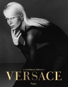 Versace Written by Donatella Versace, Maria Luisa Frisa and Stefano Tonchi, Contribution by Tim Blanks and Ingrid Sischy Donatella Versace, Gianni Versace, Atelier Versace, Versace Versace, Versace Designer, Vogue Paris, Best Fashion Books, New Books, Stars