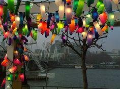 colorful-lights. Instalación de luces de colores hechas con botellas recicladas que hacen contraste con el gris de la ciudad de Londres.