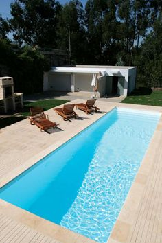 Check out tons of simple swimming pool ideas that wil totally inspire you! Pick the best idea that you really love and build your dream pool now! Inground Pool Designs, Backyard Pool Designs, Small Backyard Landscaping, Swimming Pool Designs, Landscaping Ideas, Small Swimming Pools, Swimming Pools Backyard, Rectangle Pool, Moderne Pools
