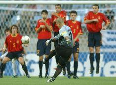 Chilavert lanzando una falta contra España. Mundial de Corea y Japón (2002)