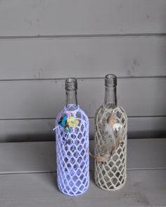 Chris in de haak Crochet Home, Crochet Gifts, Diy Crochet, Crochet Jar Covers, Wine Bottle Glasses, Jar Art, Bottle Cap Art, Crochet Videos, Bottles And Jars