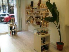 Bacheca prodotti Italiani all'interno del negozio Italia di Gusto progettato e realizzato da Marco Tonnarelli design.