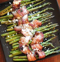 These were fun to serve: Bacon-Wrapped Asparagus with Feta:Drizzle asparagus with extra-virgin olive oil Vegetable Dishes, Vegetable Recipes, Bacon Wrapped Asparagus, Asparagus Spears, Pasta Side Dishes, Frugal Meals, Easter Recipes, Food Hacks, Love Food