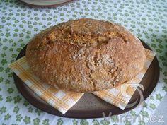 Recept na chléb, který mám ještě od mojí maminky. Když se chléb vytáhne z trouby, krásně voní a  připomíná mi mé dětství.
