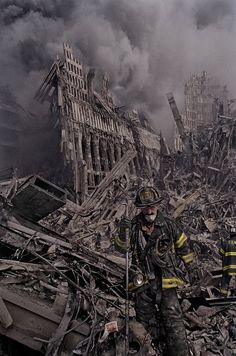 James Nachtwey : ses photos stupéfiantes et non publiées du 11 septembre James Nachtwey, We Will Never Forget, Lest We Forget, World Trade Center, 911 Twin Towers, 11 September 2001, Day Of Infamy, Grandes Photos, 911 Memorial