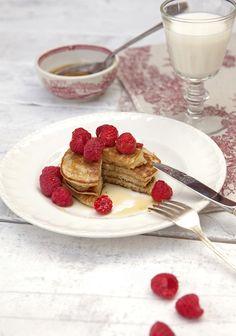 Voici une recette de pancakes à base de seulement 3 ingrédients : une banane mure, des œufs et un peu de farine. La banane, lorsqu'elle est bien mure, suffit à combler les besoins en sucre de la recette. Et de toute façon, qui peut résister à une petite dose de sirop d'érable en accompagnement des pancakes?