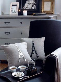 couture pour les nulles : des jolies boutons + du fil et une aiguille = un super coussin tour Eiffel button eiffel towers- fabulous