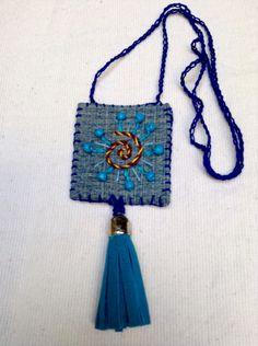 Collar bordado Fiber Art Jewelry, Textile Jewelry, Fabric Jewelry, Jewelry Art, Beaded Jewelry, Jewellery, Handmade Jewelry Designs, Handmade Accessories, Handcrafted Jewelry