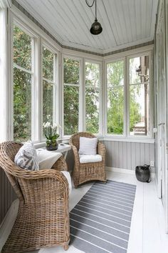 101 Comfy And Cool Sunroom Decor Ideas For Small Spaces - Asunroom is a beautiful space within the house. It's a place where people may enjoy the beauty of the outdoors with the comfort of the indoors. Sunroom Furniture, Outdoor Furniture Sets, Furniture Design, Outdoor Rooms, Outdoor Living, Small Sunroom, Flur Design, Sunroom Decorating, Enclosed Porches