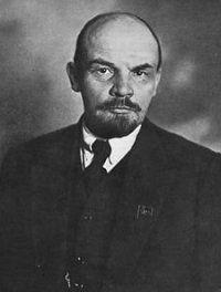 Dit is Lenin, hij is de leider van de bolsjewieken. Bolsjewieken is een Russische socialisten groep. Zij wilde dat Rusland naar het communisme zou leiden.