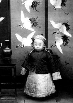 - Il a fallu six grues-cigognes pour apporter mon impériale personne... Emperor Pu Yi as a child. About 1910
