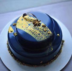 2 bons cakes bleus montés en gâteau à un étage