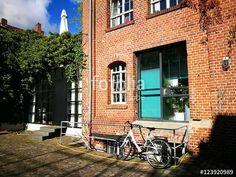 Weißes Fahrrad an einem Geländer vor einem Loftbüro in einer alten Fabrik im Hansaviertel von Münster in Westfalen im Münsterland