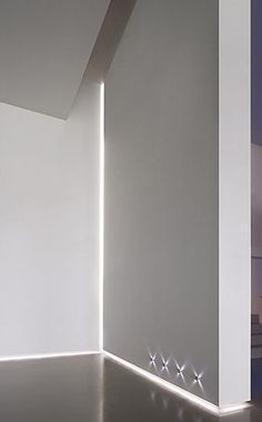 Delta Light Rendez-Vous (plinth and ceiling) and Reunion (corner) profile for indirect lighting.: