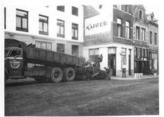 Hoogbrugstraat. Het aanbrengen van een asfaltlaag 1956