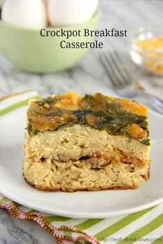 Crockpot Breakfast Casserole - Breakfast for a crowd in your crockpot! Hash browns layered with sausage, egg, cheese, and spinach. Slow Cooker Breakfast, Crockpot Breakfast Casserole, Breakfast Crockpot Recipes, Clean Eating Breakfast, Breakfast Dishes, Slow Cooker Recipes, Breakfast Ideas, Tailgate Food, Crock Pot Cooking