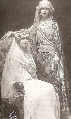 Con su hermana Marie (Missy) el dia de la coronacion del marido de ésta como rey de Rumanía