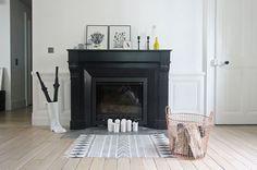 Je repeins ma cheminée d'un noir profond pour apporter de la modernité - 51 idées pour rebooster votre déco - CôtéMaison.fr