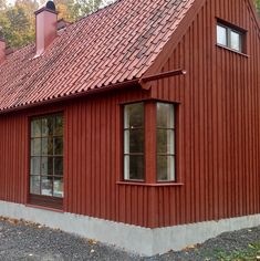 Swedish Farmhouse, Modern Farmhouse, Red Roof House, Wooden Pillars, Backyard Office, Construction Cost, Spacious Living Room, Wooden House, Architect Design