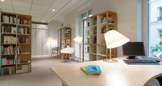 Bibliothèque dans les bureaux de la Fromagerie BEL à Paris, France