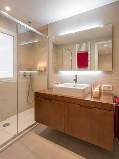 Ambient elegant si confortabil intr-un apartament modern- Inspiratie in amenajarea casei - www.povesteacasei.ro Bathroom Lighting, New Homes, Bathtub, Shower, Mirror, Bedroom, Furniture, Design, Home Decor