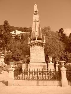Primer patio. El obelisco tiene simbología masónica. Recuerda la unión entre lo material y lo espiritual y que no se olvidará al difunto, a semejanza de los cirios en el cristianismo.
