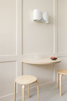 tiny curved table attached to the wall Alvar Aalto, Small Space Living, Small Spaces, Hey Studio, Minimalist Apartment, Minimalist Scandinavian, Modern Minimalist, Wooden Ceilings, Blue Furniture