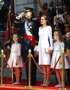 La infanta Sofía y su hermana mayor, muy conscientes del histórico momento que vivía su padre el 19 de junio de 2014, el día que se convertía en Rey de España como Felipe VI, se portaron muy bien el día de la proclamación.  Perfectamente instruidas en los últimos días, se mostraron ambas como dos señoritas.