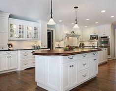 Check Out 23 Inspiring Traditional Kitchen Designs. Flower arrangements can have a great influence on how a traditional kitchen looks and can freshen up any interior. White Kitchen Cabinets, Island Kitchen, Kitchen Sink, Cuisines Design, Kitchen Countertops, Laminate Countertops, Quartz Countertops, Kitchen Backsplash, Kitchen Lighting
